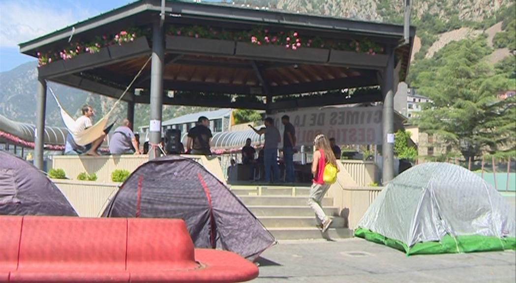 Unes 50 persones passen la nit en l'acampada contra el preu del lloguer