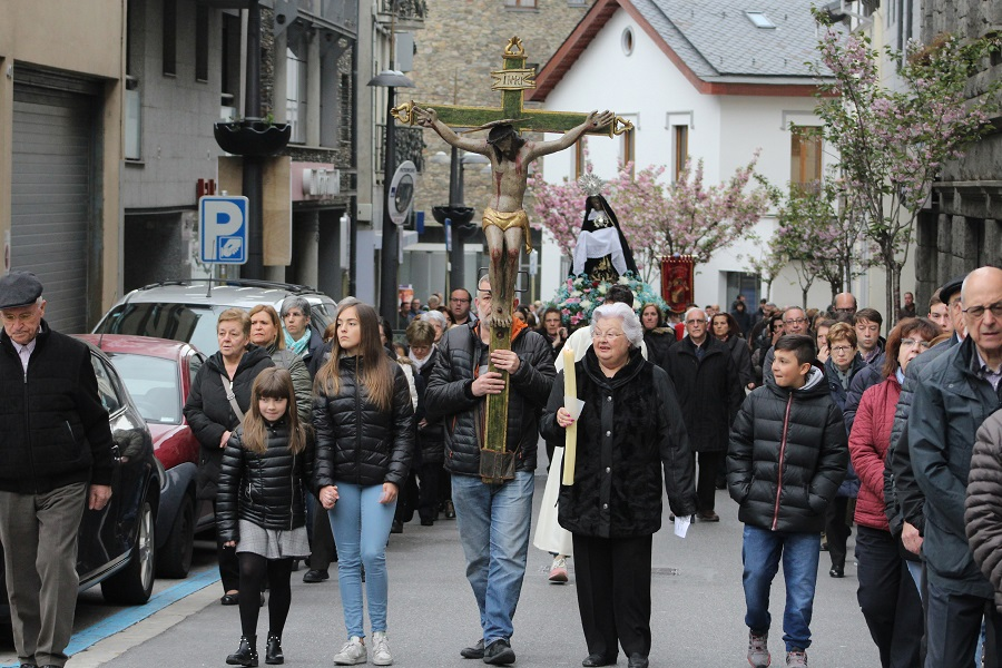 Uns 200 feligresos assisteixen al Via Crucis de Sant Julià de Lòria