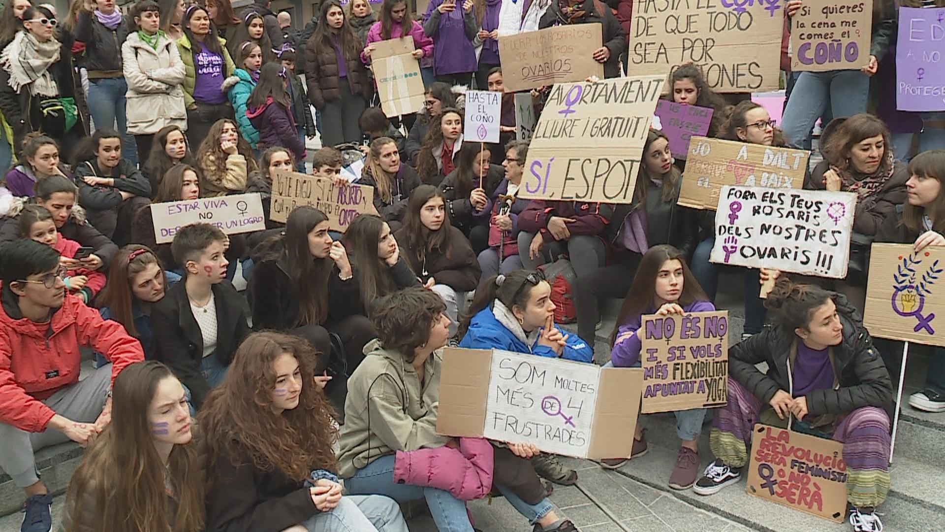 300 persones participen en la manifestació del 8M per reclamar la igualtat de drets de les dones