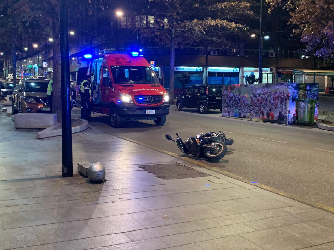 Accident sense ferits entre un cotxe i una moto a Prat de la Creu