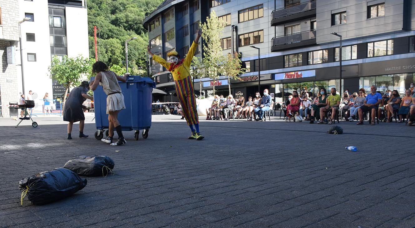Acròbates de l'escola de circ de Tolosa aterren a Andorra la Vella
