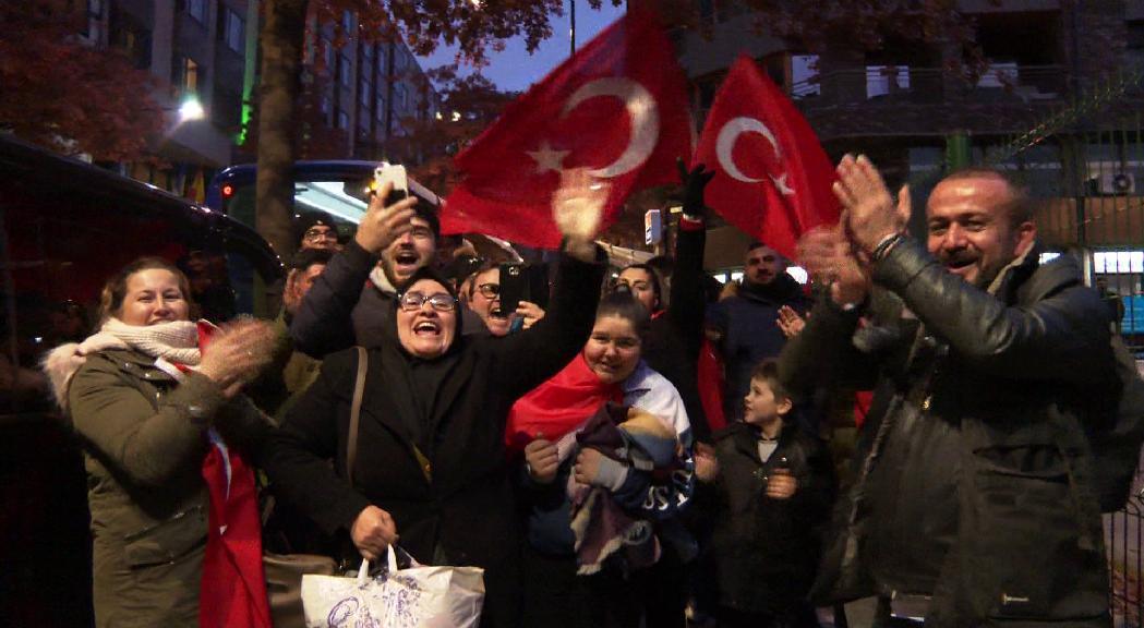 Els aficionats de la selecció de Turquia es fan sentir i veure pels carrers de la capital