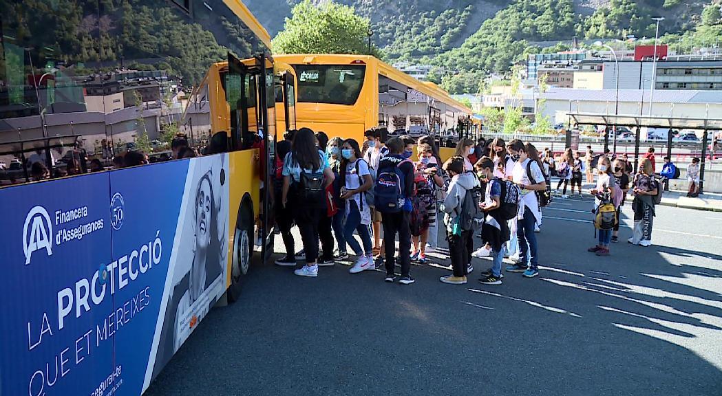 Aglomeracions d'alumnes per agafar el bus lliure