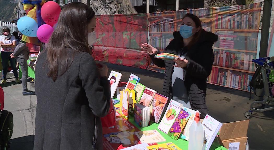 Ambient festiu en el retorn de Sant Jordi a la plaça del Poble després d'un any en blanc per la Covid-19