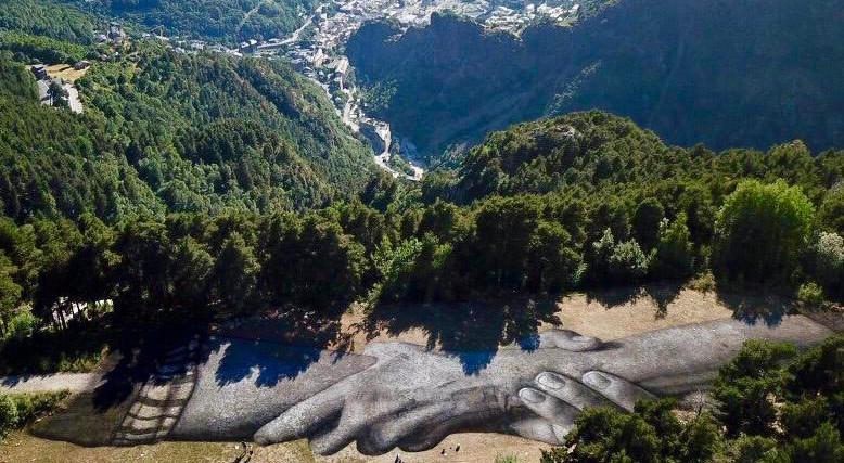 L'art natura de Saype decora el paisatge d'Engolasters amb un missatge de pau