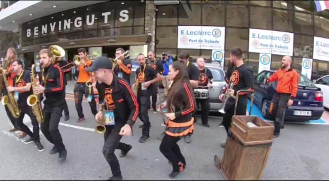Les bandes de l'Andorra Sax Fest es colen als centres comercials