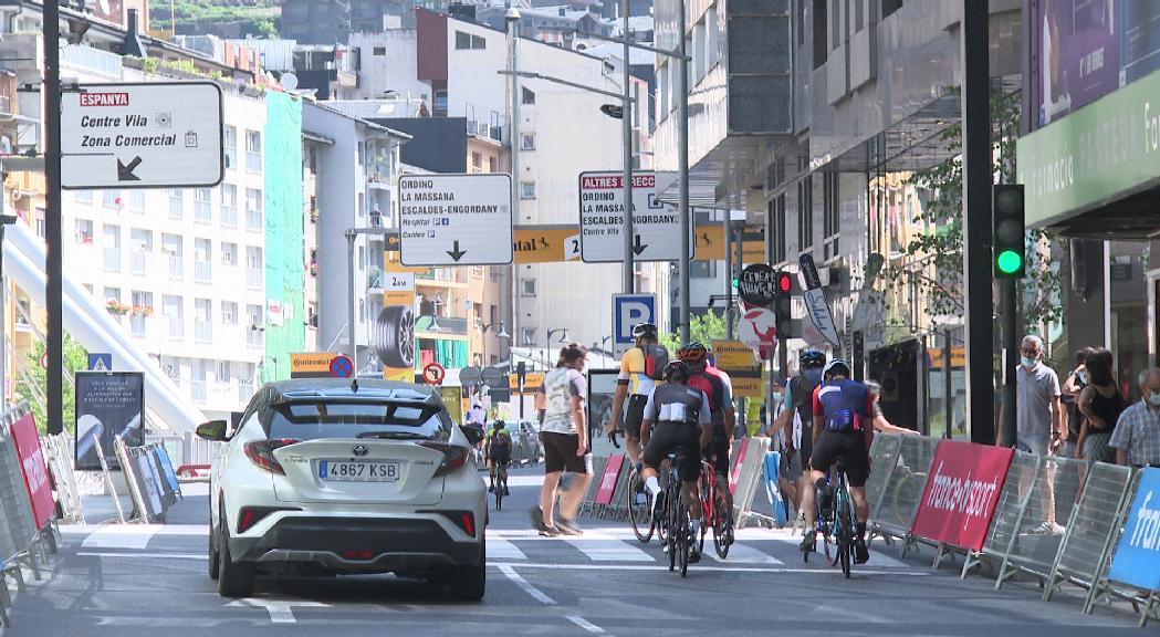 La capital s'omple de visitants amb ganes de veure l'arribada de la 15a etapa del Tour