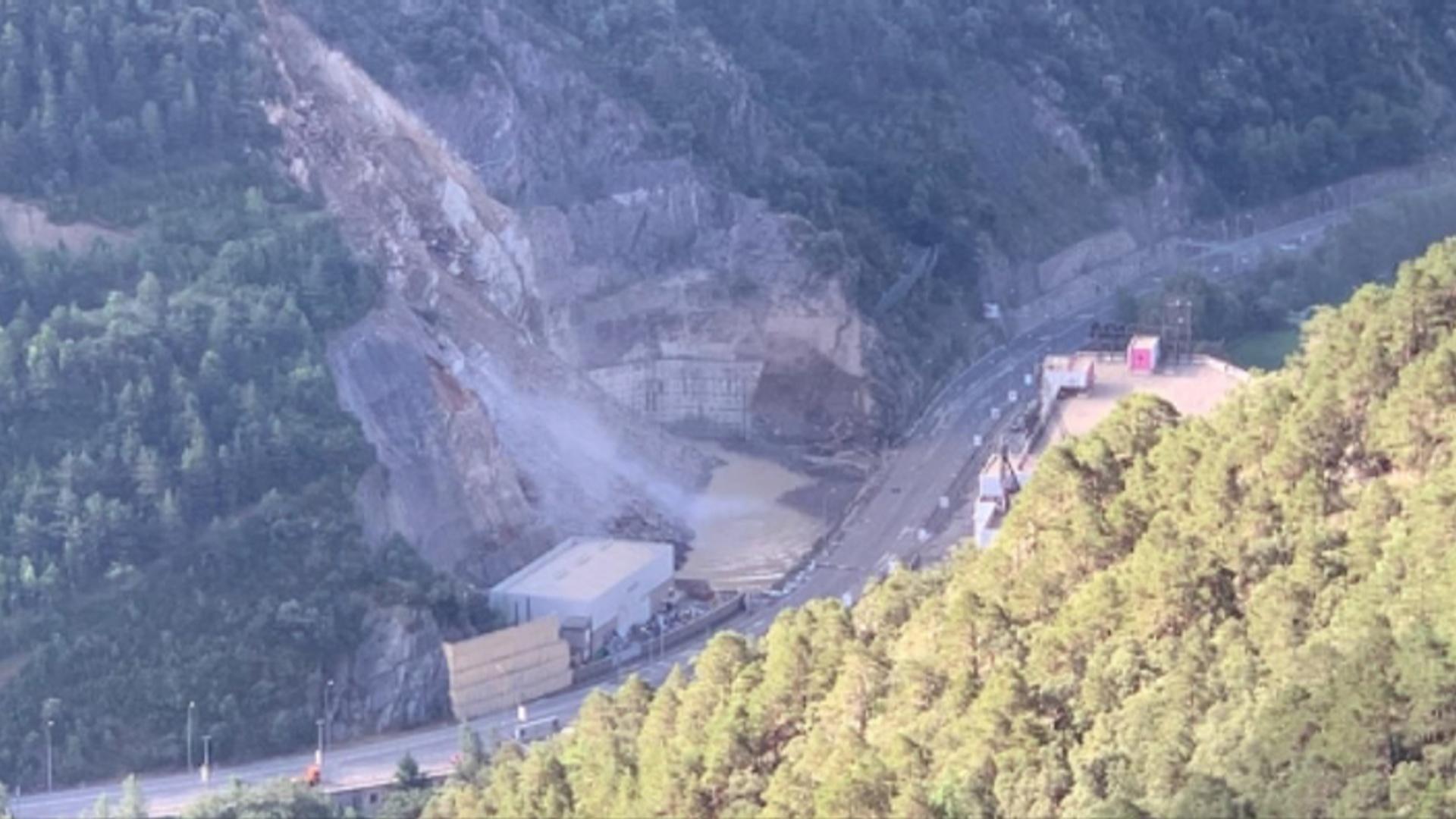 Continuen caient pedres sobre la CG-1 a l'esllavissada de Sant Julià