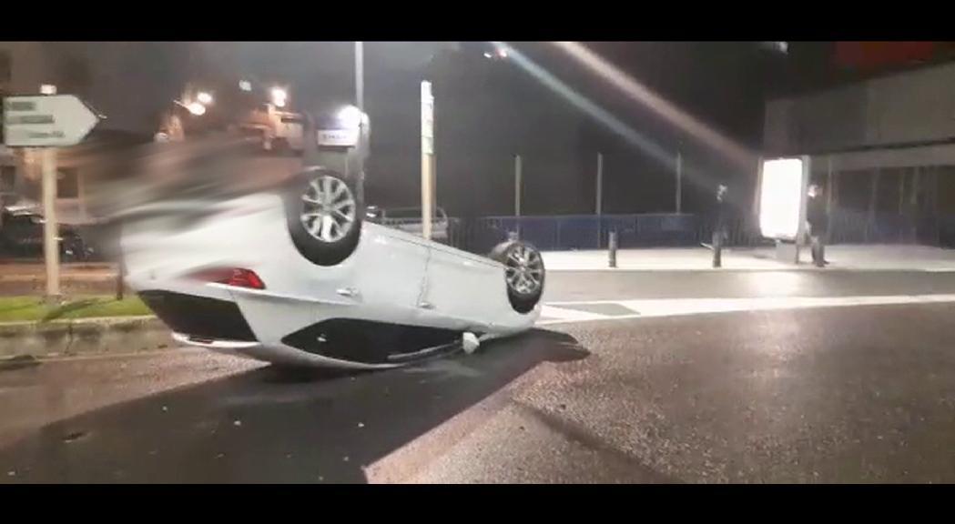 Un cotxe ha bolcat la matinada d'aquest dissabte a la Baixada