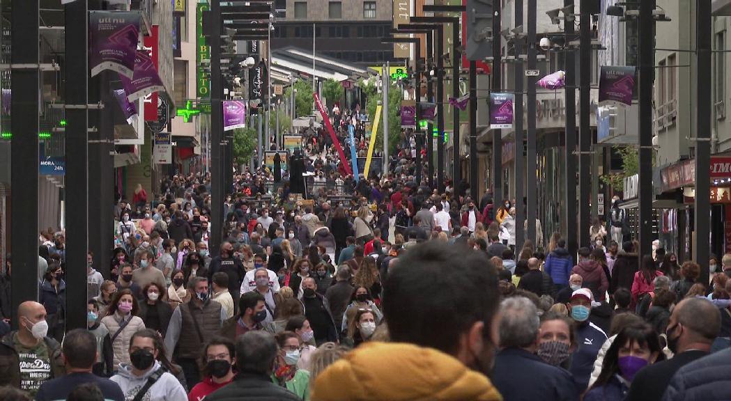 Afluència massiva de turistes als eixos comercials de les parròquies centrals durant el cap de setmana