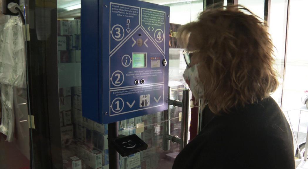 Un electricista crea una màquina que dispensa guants, gel, pren la temperatura i controla l'aforament