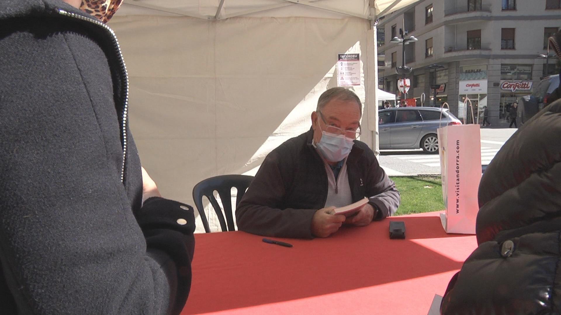 Els escriptors del país inicien la signatura de llibres de Sant Jordi a la plaça Laurèdia