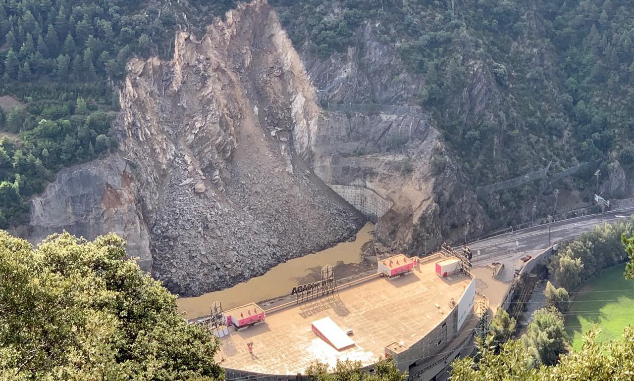Una esllavissada a l'altura del Punt de Trobada obliga a tallar l'accés a Espanya unes hores