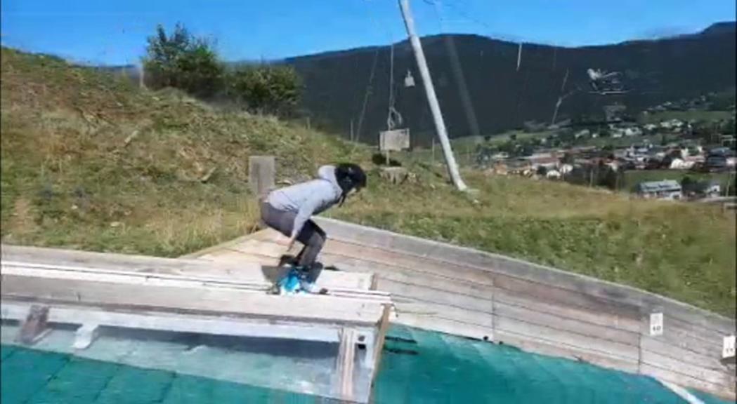 Estévez practica els salts d'esquí per preparar la temporada