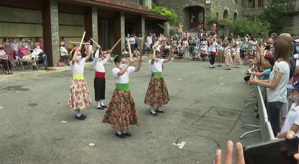 Èxit de públic a les actuacions de l'Esbart de les Valls del Nord i la plega de roses a la jornada principal del Roser d'Ordino
