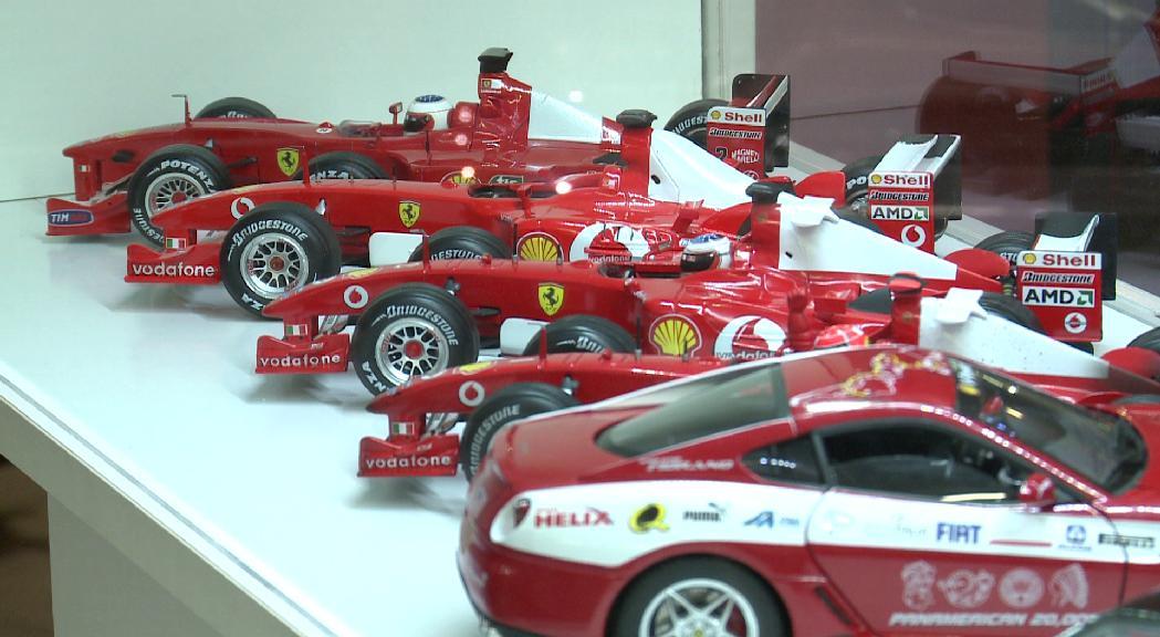 L'exposició solidària ''Llegendes en miniatura'' omple el Museu de l'Automòbil de rèpliques de Ferrari