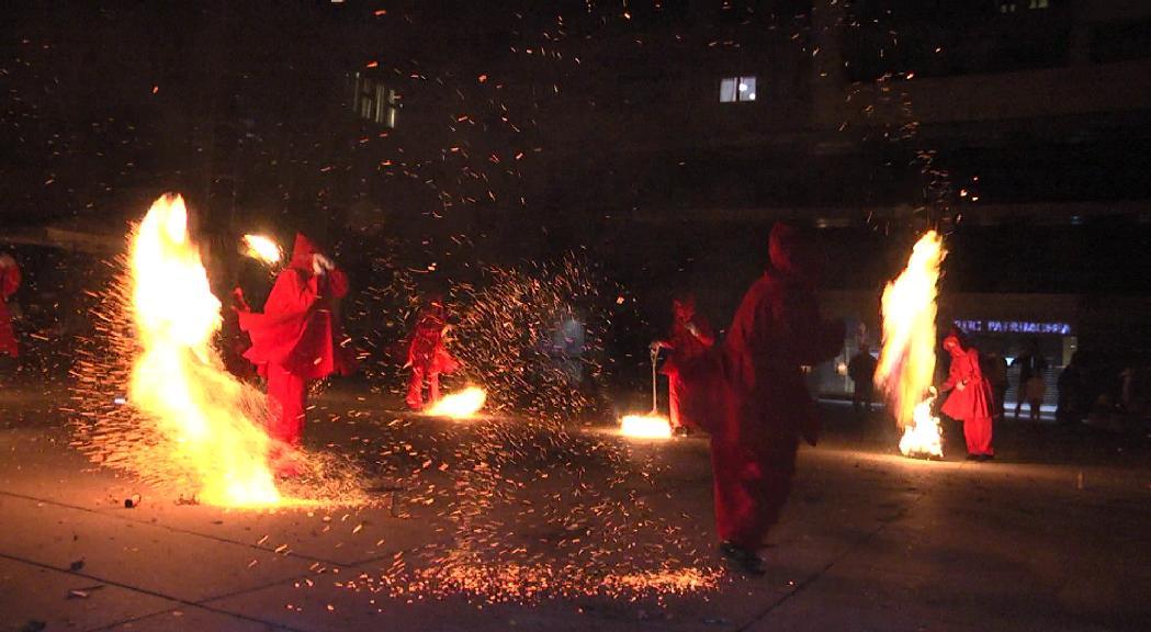 Les falles roden de nou a Sant Julià amb una cercavila amb la Flama del Canigó