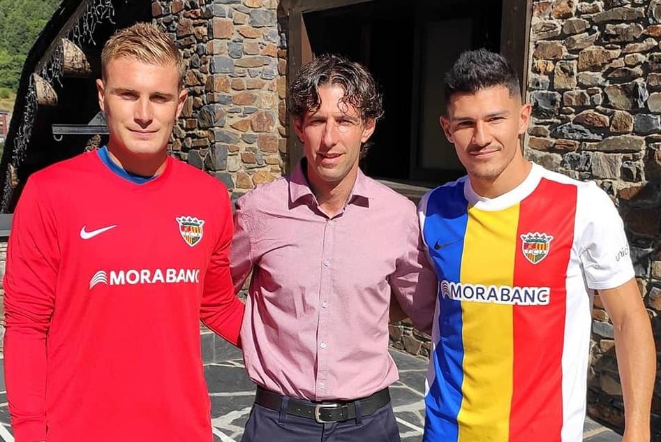 Els nous fitxatges del FC Andorra Miguel Loureiro i Miguel Bañuz ja llueixen la samarreta
