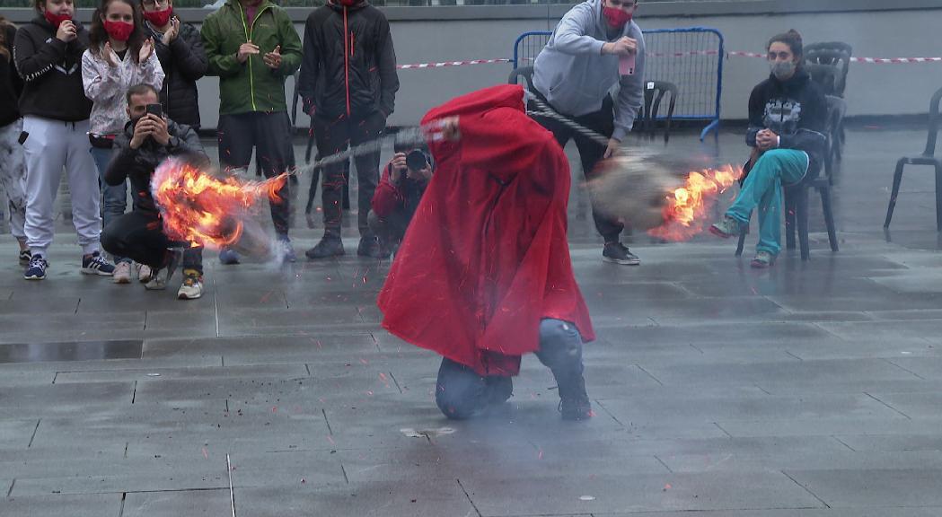 La Flama del Canigó es reparteix als fanalets de totes les parròquies per encendre les fogueres d'arreu del país