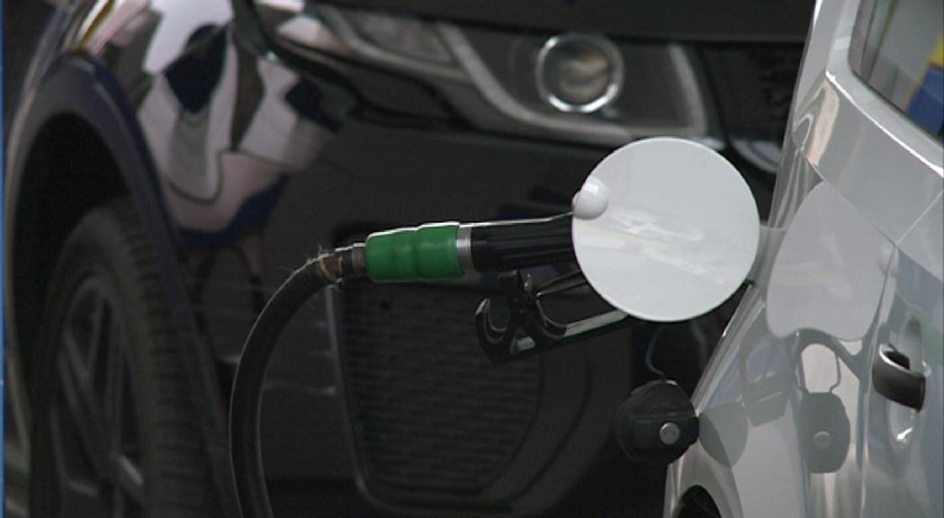 El gasoil puja i la benzina baixa