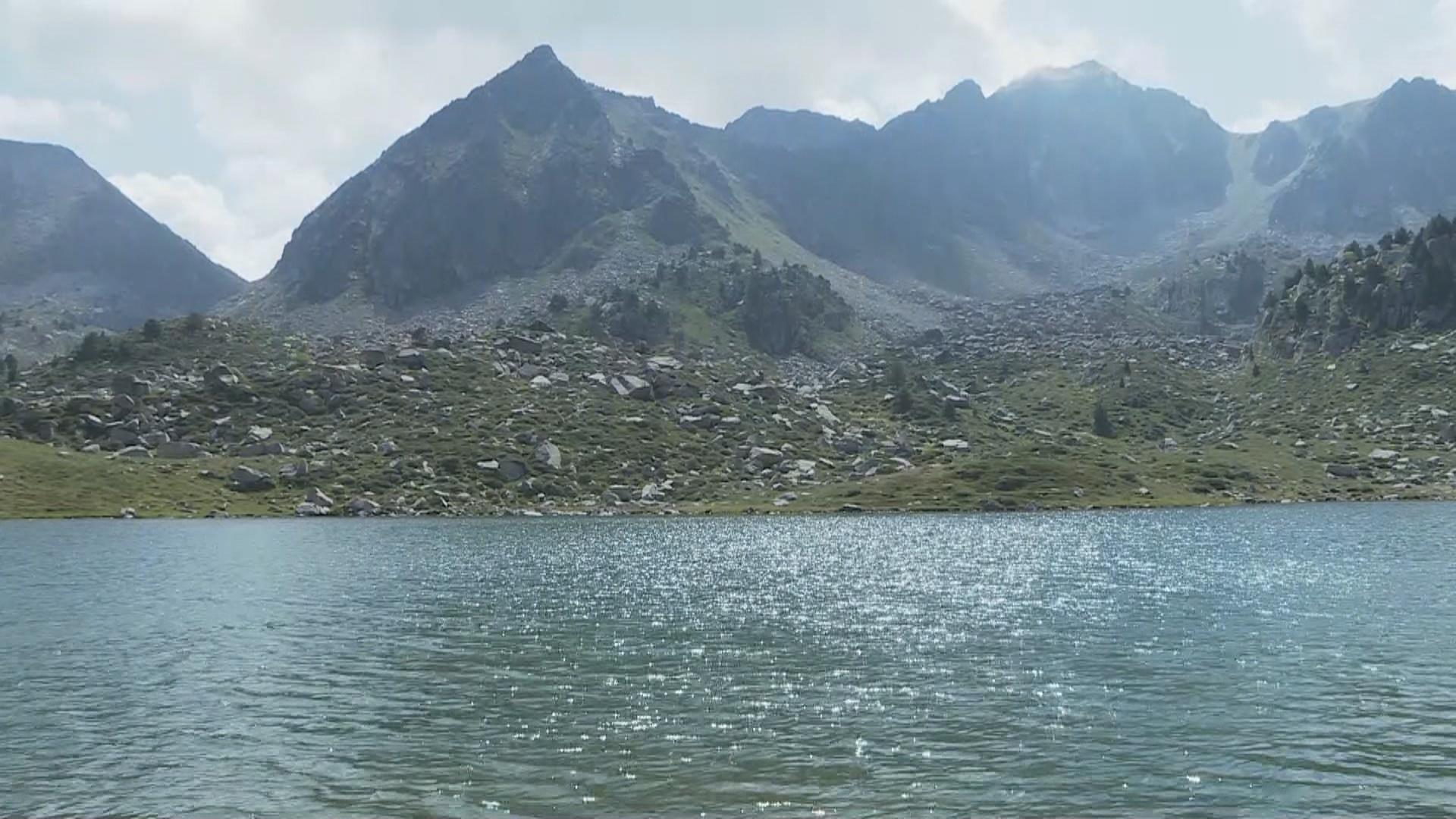 El Grup Subaquàtic de Rescat dels bombers neteja l'estany de les Abelletes després de 15 anys
