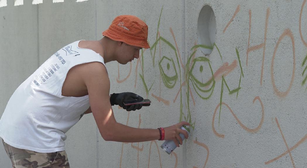 Els guanyadors del concurs de pintura mural a l'exterior de l'Espai Columba comencen les seves creacions