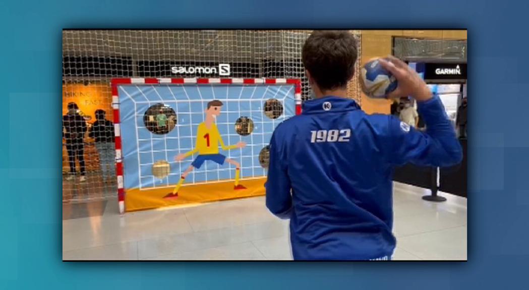 Handbol School recapta 704 euros per a Aigua de Coco amb una porteria d'handbol  a Illa Carlemany