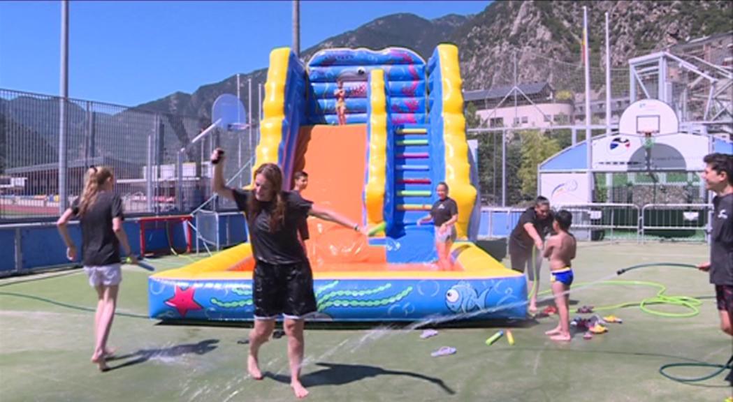 Els infants ja gaudeixen de l'aquaparc al Joan Samarra