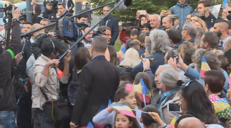 Macron inicia la visita a Canillo saltant-se el protocol per saludar la ciutadania
