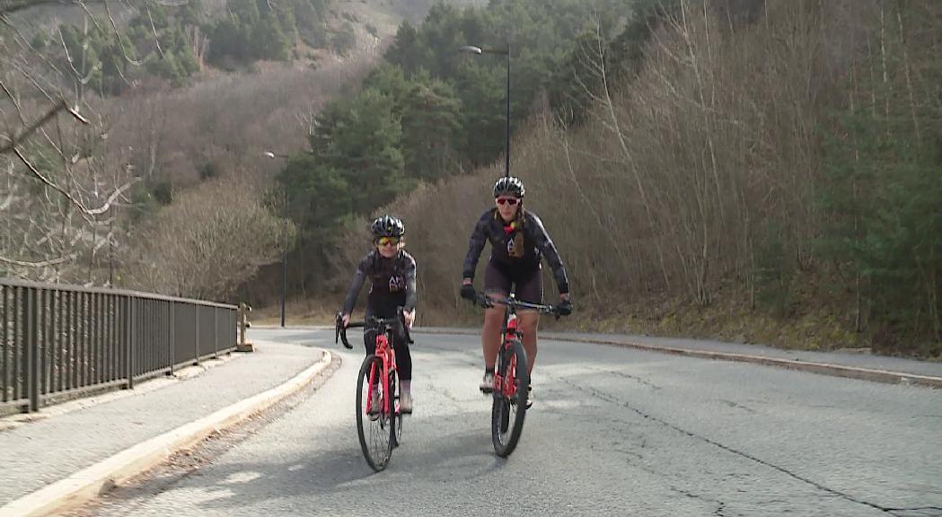 Marta Ballús i Magali Salomon, dues ciclistes pioneres que obren camí en la competició
