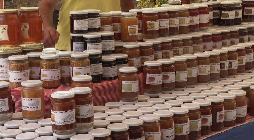 El mercat artesà d'Ordino omple els carrers de productes de proximitat