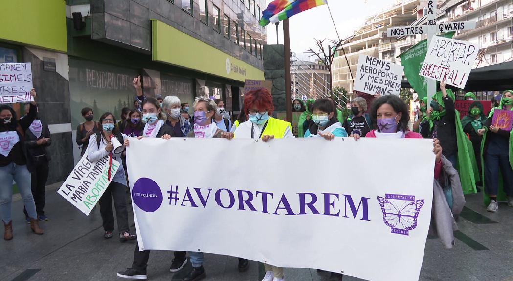 Mig centenar de dones es manifesten pel dret a l'avortament
