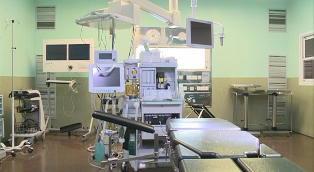 Una pacient intervinguda per un traumatòleg a la cama equivocada estudia la via penal contra el metge