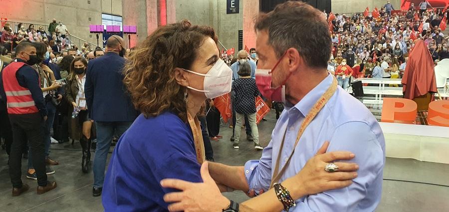 Pere López teixeix lligams amb la ministra d'Hisenda espanyola en el marc del 40è Congrés del PSOE