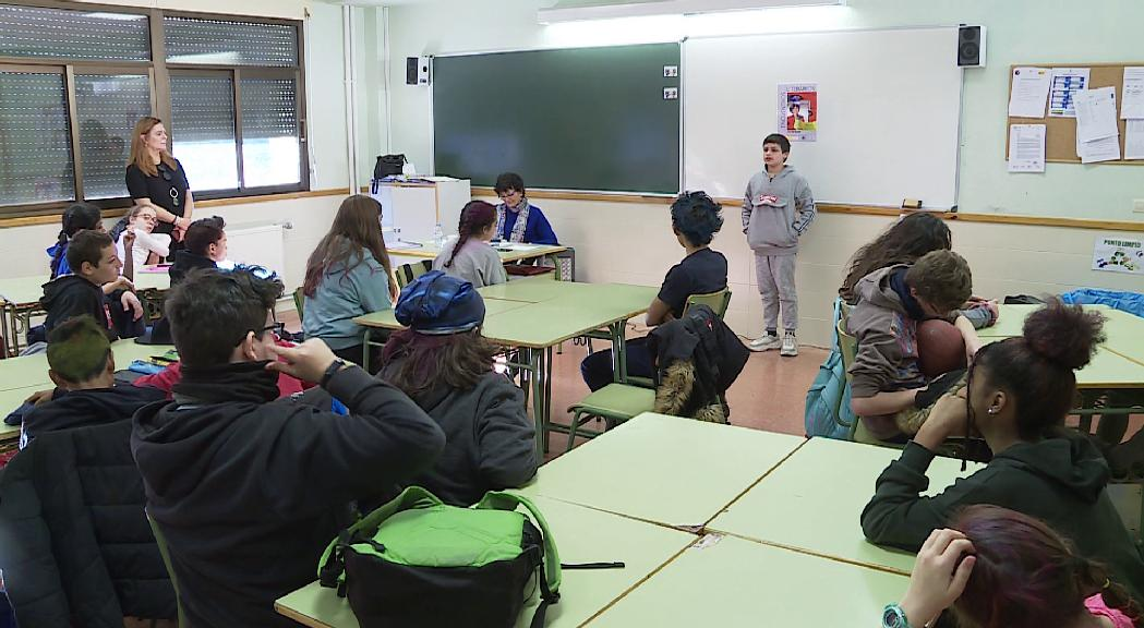 La poesia d'Ángeles Mora sorprèn els alumnes del María Moliner