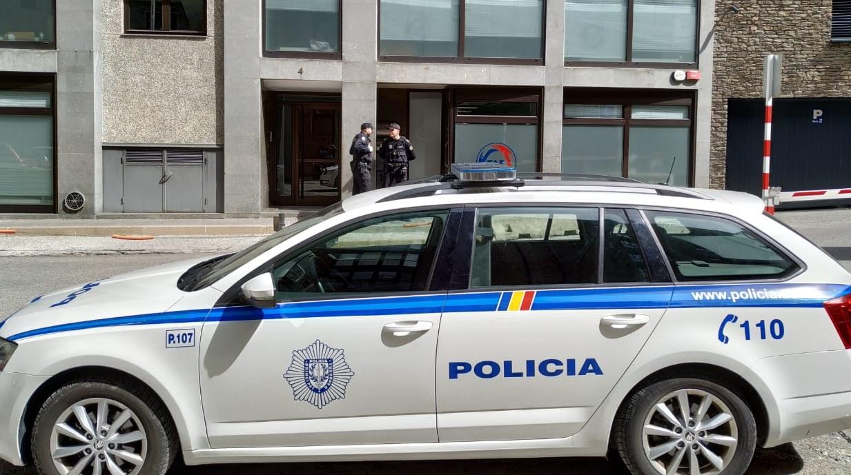 La policia deté el secretari general i el president de la Federació de Futbol i escorcolla la seu de l'entitat