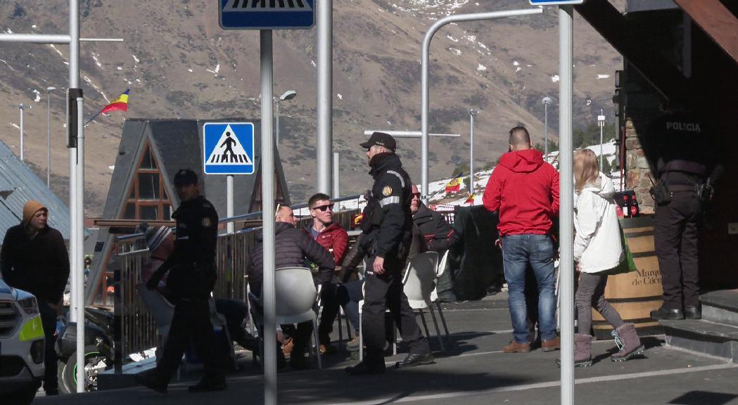 La policia intervé al Pas de la Casa per evitar les aglomeracions al carrer
