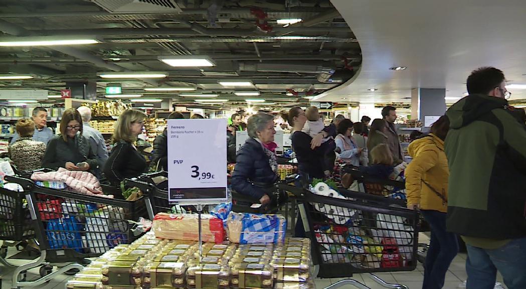 La por al coronavirus col·lapsa supermercats i farmàcies