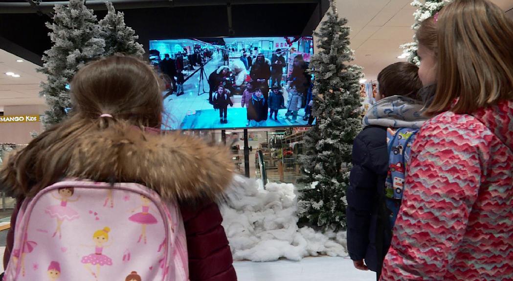 Pyrénées projecta l'espot de Nadal a la façana del centre comercial en una campanya destinada als residents al país