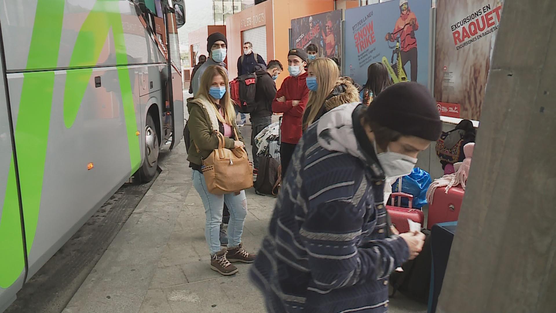 Quatre autocars surten cap a Barcelona per repatriar temporers argentins
