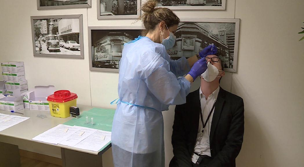 Reportatge: Els cribratges amb tests d'antígens, una eina per a la seguretat i tranquil·litat dels treballadors