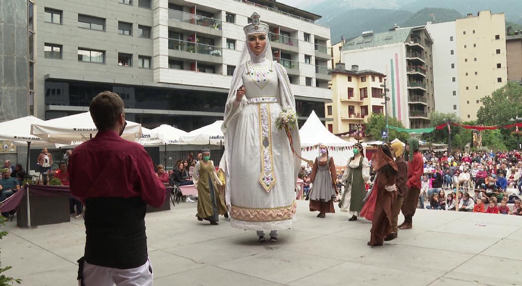 La representació de la llegenda de la Dama Blanca d'Auvinyà aplega un bon nombre d'assistents a la plaça de la Germandat