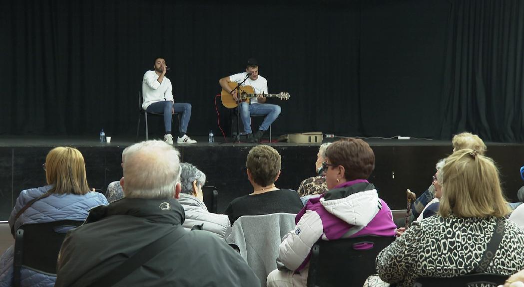 Retrobaments i música en la trobada mensual que organitza la Creu Roja per als padrins i padrines