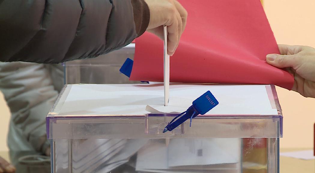 Els residents espanyols que voten presencialment a l'ambaixad