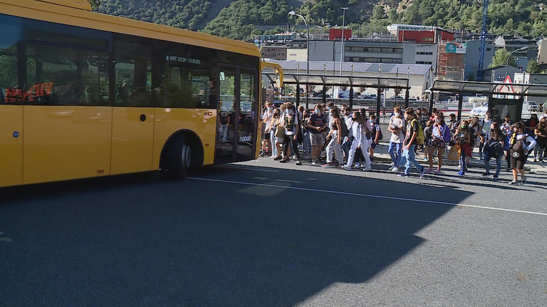Salut estudiarà com evitar les aglomeracions per agafar el bus lliure