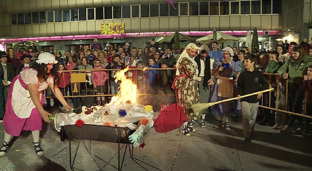 Sant Julià tampoc amnistia el Carnestoltes i el crema a la plaça de la Germandat