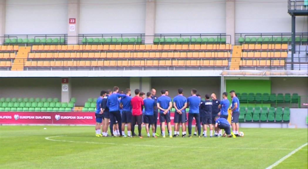 La selecció de futbol torna de Moldàvia pensant ja en l'històric partit amb França