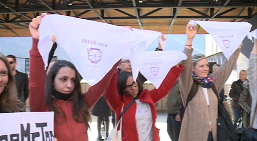 Stop Violències reivindica el dret a l'avortament en la inaguració d'una escultura sobre els  Drets Humans