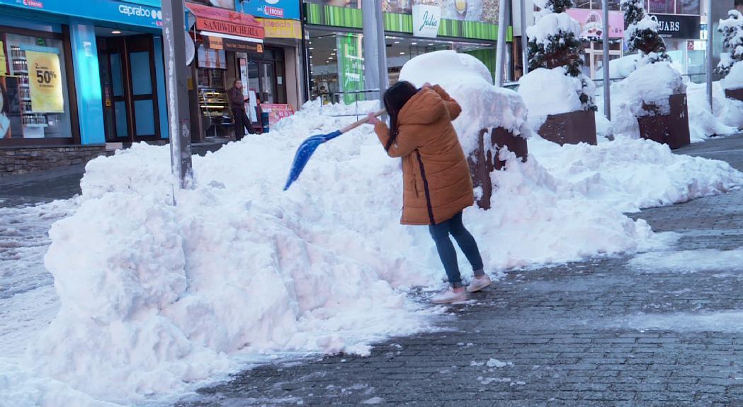 Els veïns del Pas de la Casa es queixen de les grans acumulacions de neu als carrers