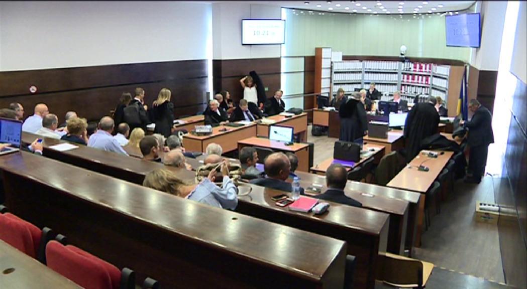 Una vintena d'advocats de la causa primera del cas BPA presenten un recurs d'empara al Col·legi